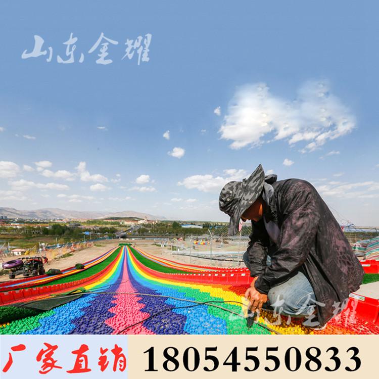 假期人山人海的彩虹滑道 四季游乐项目七彩滑道