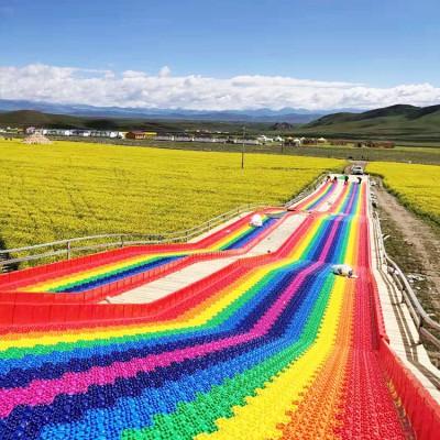 景区高人气彩虹滑道 玩了还想玩 七彩滑道游乐好项目